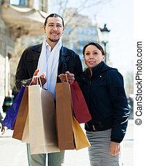 Pareja de mediana edad con bolsas de compras