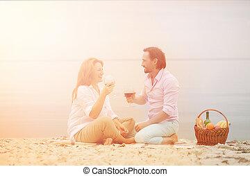 Pareja de mediana edad en picnic