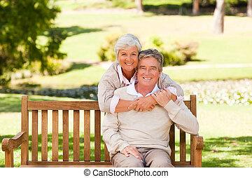 pareja edad avanzada, parque