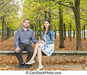 Pareja en un parque en otoño