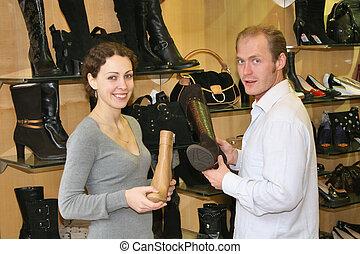 Pareja en una zapatería
