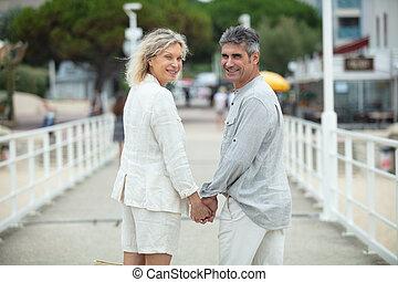 pareja, feliz, retrato, ambulante, campo