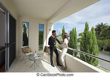 pareja, joven, balcón