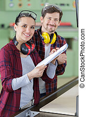 pareja joven, carpintero, computador portatil, taller