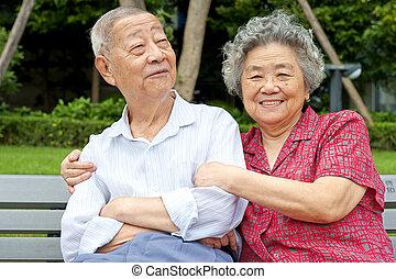 pareja mayor, abrazado, íntimo