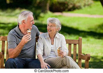 pareja mayor, crema, hielo, comida, o