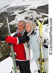 Pareja mayor en el club de esquí