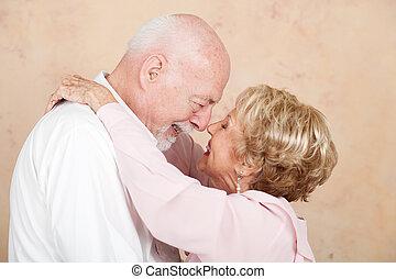 Pareja mayor en matrimonio feliz