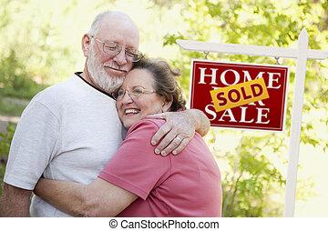 Pareja mayor frente a la venta de bienes raíces