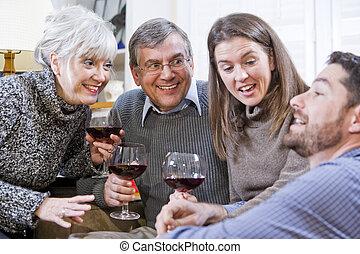 Pareja mayor, niños adultos hablando y bebiendo