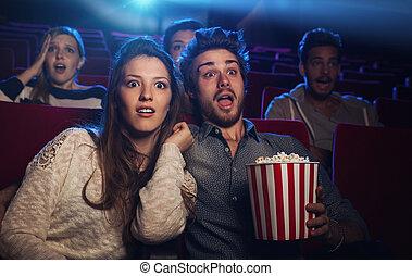 pareja, mirar, cine, joven, película horror