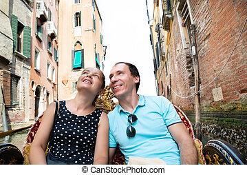 Pareja montando en góndola, Venecia, Italia
