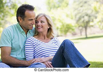 pareja, parque, sonriente, relajante, aire libre