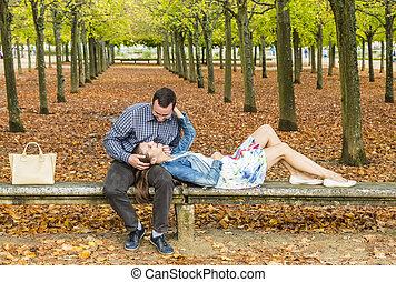 Pareja romántica en un parque en otoño
