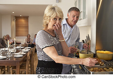 Pareja teniendo dificultades para cocinar para una cena