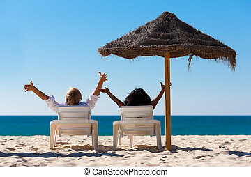 pareja, vacaciones de playa, sombrilla