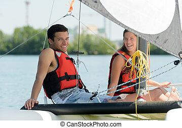 pareja, velero, joven, sentado