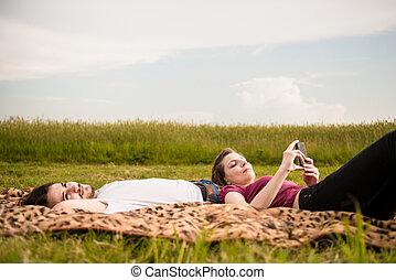 Parejas relajadas al aire libre