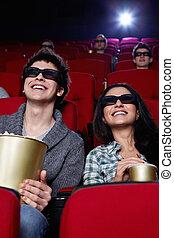 Parejas sonrientes en el cine