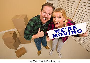 Parejas tontas en espera estamos moviendo signos rodeados de cajas