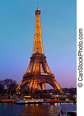 PARIS - 31 de MARZO: Torre Eiffel en alegre iluminación al cumpleaños (está abierta el 31 de marzo de 1889), vista desde el muelle del Sena, 31 de marzo de 2012 en París, Francia.