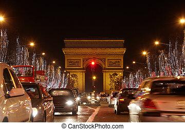 PARIS - JANURIA 1: Avenida des Champs elysees y el arco del triunfo