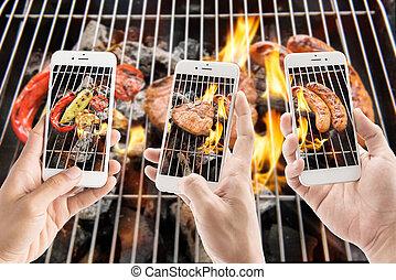 parrilla, cerdo, smartphones, vegetales, llameante, embutido, corte, fotos, toma, utilizar, amigos