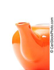 Parte del primer plano de la tetera de cerámica naranja