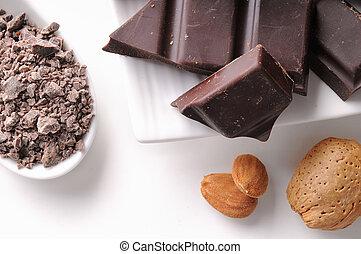 Partes de chocolate con almendras en un plato de cerca