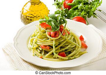 Pasta con arugula pesto y tomates de cereza