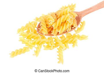 Pasta italiana en una cuchara de madera