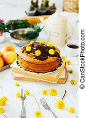 Pastel de chocolate tradicional casero. Estilo rústico y luz natural. Pastel de chocolate en la mesa blanca. Pastel de chocolate con hielo. Pastel de vainilla con glaseado de chocolate.
