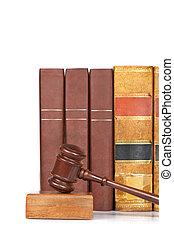 Pastel de madera y libros de leyes viejos