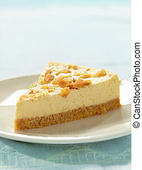 Pastel de queso en el plato blanco