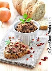 Paté de hígado con pimentón con rebanadas de pan integral