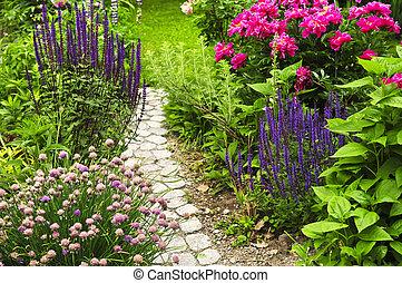 Path en el jardín floreciente