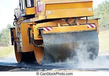 Patinador en el trabajo de asfalto