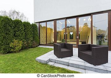 Patio con muebles de jardín