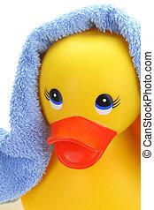 Pato amarillo de goma con toalla