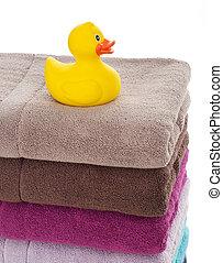 Pato de goma en toallas