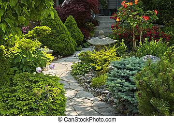 Patrón de jardín con jardinería de piedra