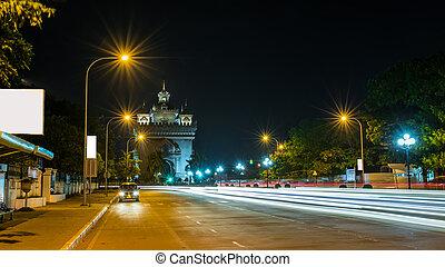 Patusay triunfo arco en Vientiane Laos por la noche