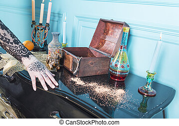 Pecho, velas y una botella en la mesa.