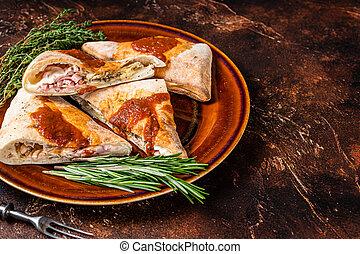 pedazos, placa, copia, vista., calzone, herbs., cima, tomate, fondo., rústico, pizza, espacio, salsa, oscuridad