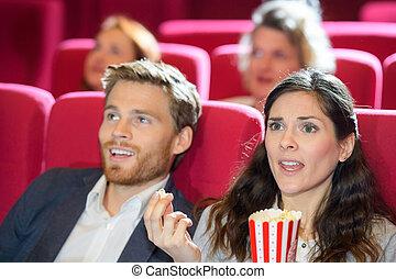 película que mira, pareja joven, cine, horror