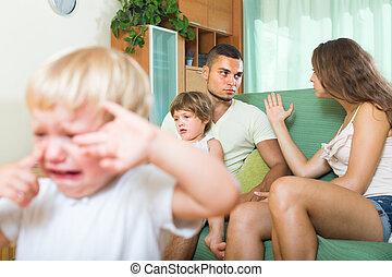 pelea, niños, pareja, teniendo