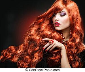 Pelo rojo. Un retrato de chica de la moda. Pelo largo y rizado
