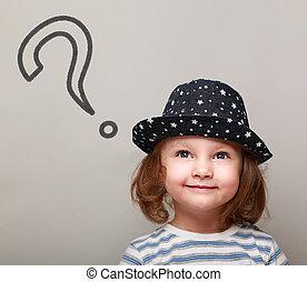 Pensando en un chico lindo con un signo de interrogación encima de mirar hacia arriba