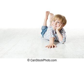 Pensando en un niño sonriendo tirado en el suelo