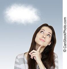 Pensando en una mujer con una nube blanca sobre el fondo azul
